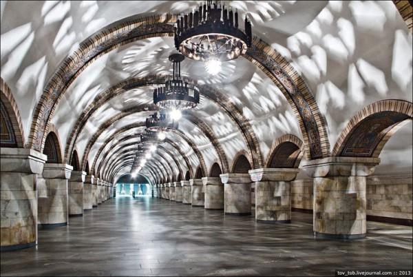 На станции Золотые ворота мозаикой изображены князья Киевской Руси.
