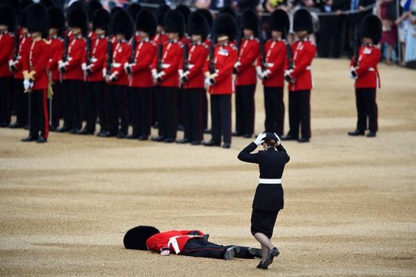 Гвардеец упал в обморок на ежегодной церемонии в день рождения королевы Елизаветы. Лондон, Великобритания.
