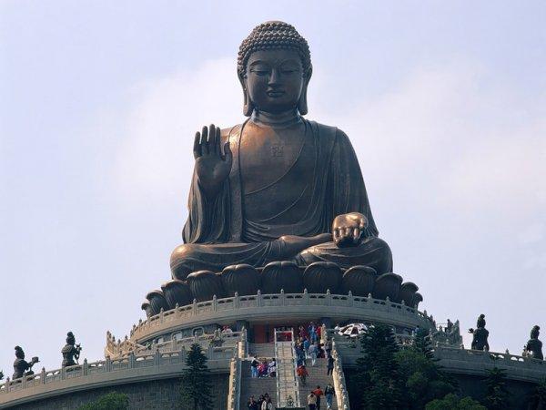 Самая высокая статуя Будды в настоящее время установлена в Гонконге 8 мая 2011 года.