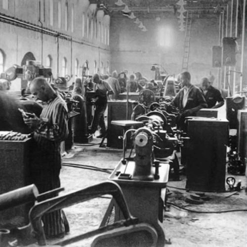 Заключенные работают на одной из фабрик Siemens, которая находилась в концлагере Бобрек. 1944 г.