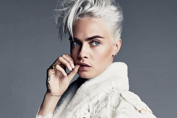Певица несколько раз меняет цвет волос в новом видео.