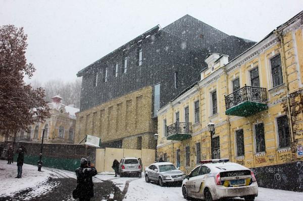 В Киеве показали новый фасад скандального театра на Андреевском спуске