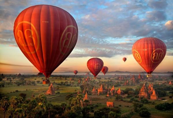 Полет воздушных шаров над городом Паган, Мьянма © Alastair Swan