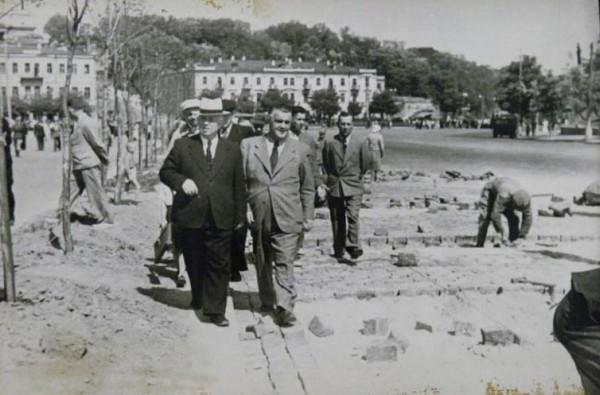 Хрущев проверяет работу по укладке брусчатки на улице Кирова (нынешняя Грушевского)