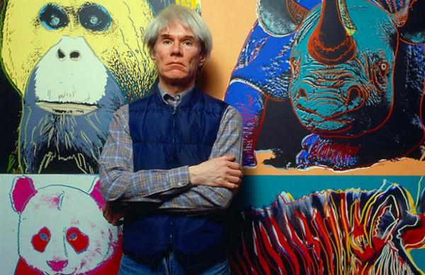 Энди Уорхол на фоне своих работ