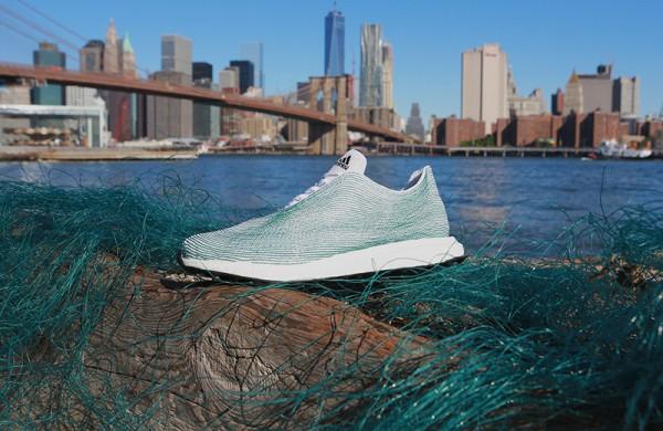 Кроссовки - манифест: Мировой океан страдает от загрязнения и люди должны это видеть.