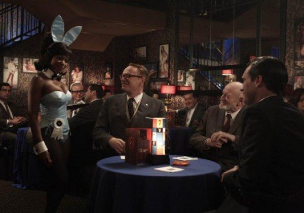 Один из топ-менеджеров Sterling Cooper Draper Price влюбляется в чернокожую официантку