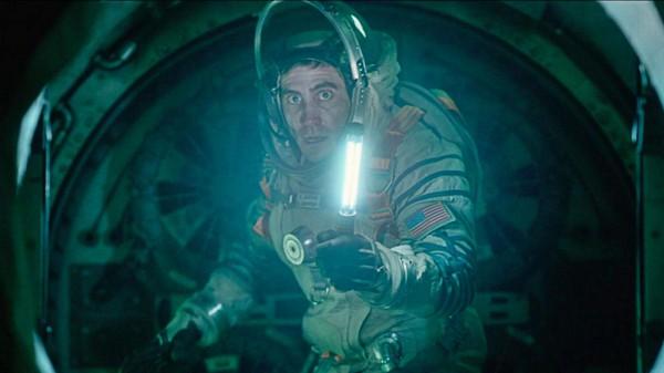 Герои фильма Жизнь убегают от страшного пришельца.
