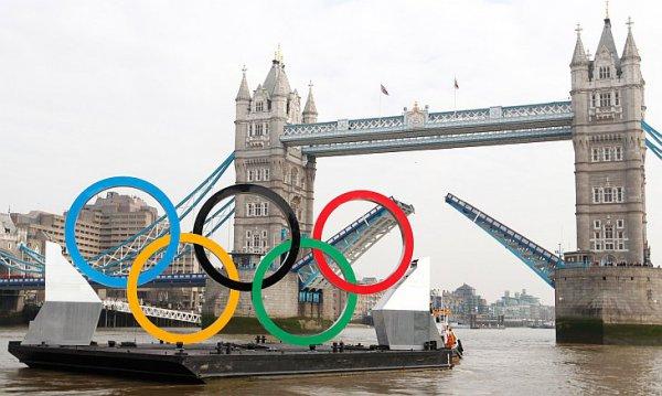 Олимпийские кольца возле Тауэрского моста