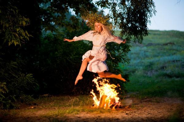 В ночь на Ивана Купала принято прыгать через костер.