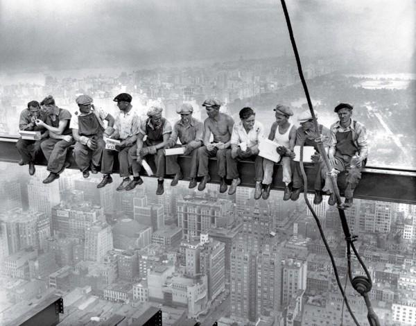 Обеденный перерыв на небоскребе (11 мужчин общаются и курят на высоте около 240 м над Манхэттеном). Неизвестный автор, 1932.