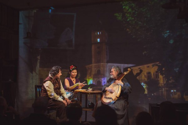 Фрагмент спектакля Джон Смит в Украине. Фото: фотошкола Chik!