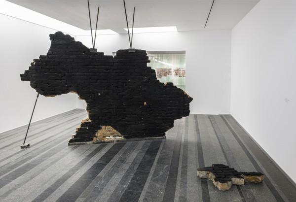 Работа Жанны Кадыровой в рамках экспозиции Страх и надежда, которая открыта до 5 октября