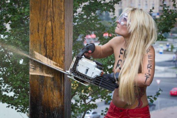 Активистки FEMEN спилили крест на Майдане в поддержку Pussy Riot. Фото пресс-службы FEMEN