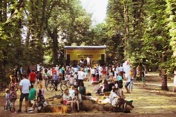 Secret Place - пространство на Арт-пикнике Славы Фроловой, где зрители смотрят концерты, сидя на соломе и валяясь на гамаках