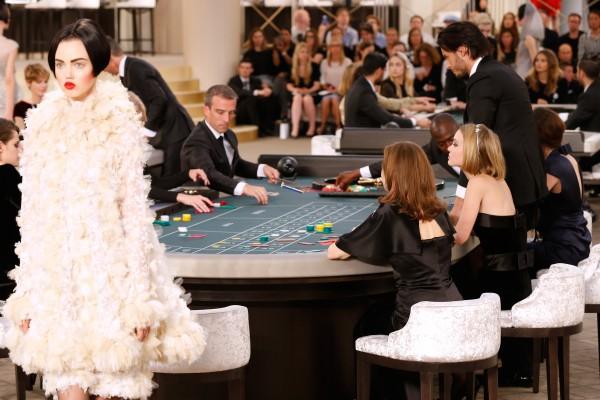 Показы Chanel уже проходили в вымышленном супермаркете, кафе, лобби отеля. На этот раз - в казино.