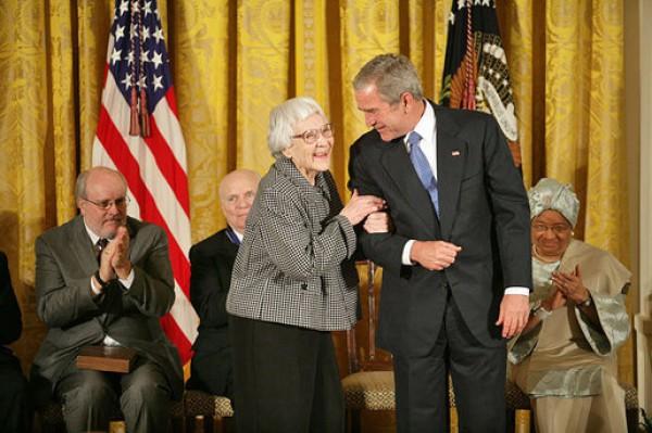 Президент Джордж Буш-младший вручает Харпер Ли Президентскую медаль Свободы в Белом доме 5 ноября 2007 г.