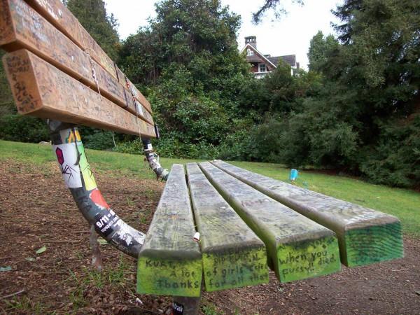 Мемориальная скамейка в парке Виретта недалеко от дома Курта Кобейна.