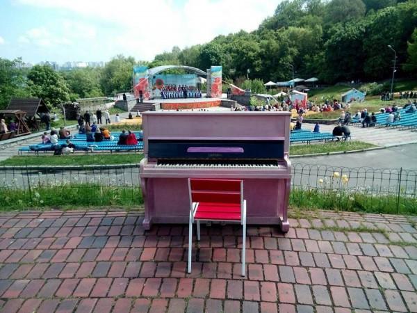 Новое уличное пианино в Киеве