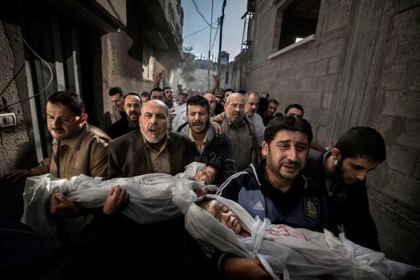 Победитель World Press Photo 2013 в категории Фотография года. Траурная процессия в Палестине. Дети погибли, когда в их дом попал израильский снаряд