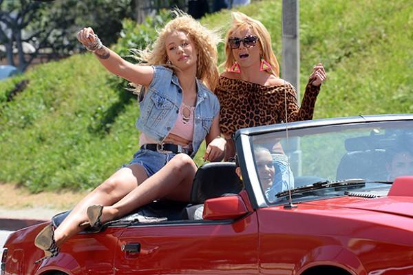 Бритни Спирз и Игги Азалия вернулись в 80-е и напомнили о том, как хорошо нам сейчас.