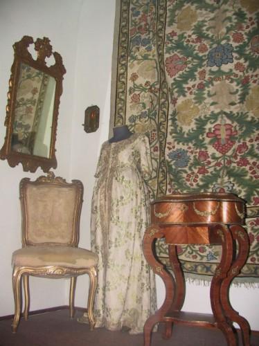 Платье горожанки (XVIII век), в которое позже завернули старинную икону, но не успели вынести.