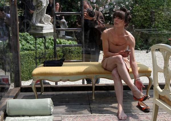 Мила Йовович провела пять часов в стеклянном кубе на 55-й Венецианской биеннале