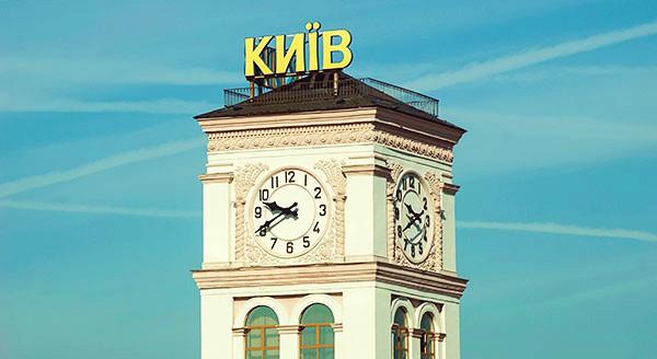 Вокзальные часы на башне, которые издалека показывают, не опоздали ли вы на свой поезд