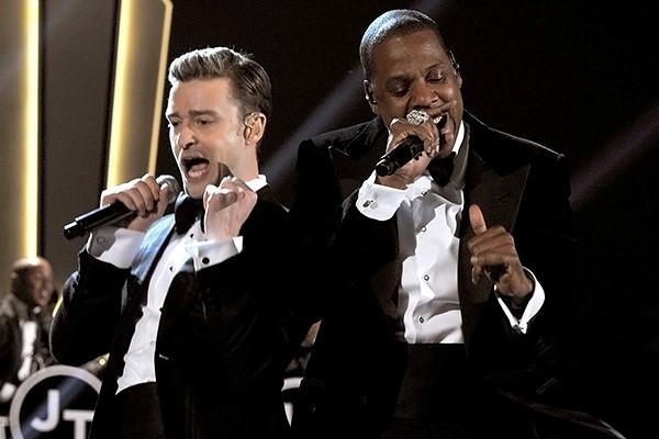 Музыканты во время исполнения композиции Suit & Tie