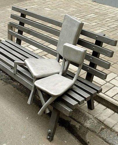 Стульчики на скамейке