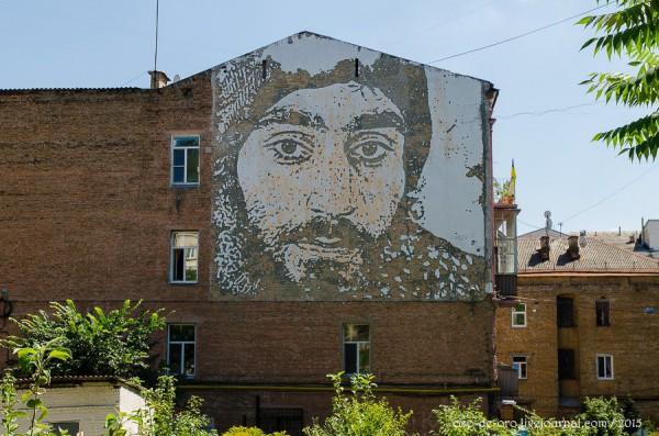 Барельеф с портретом Сергея Нигояна, созданный португальским стрит-арт художник Алешандро Фарту (Vhils)