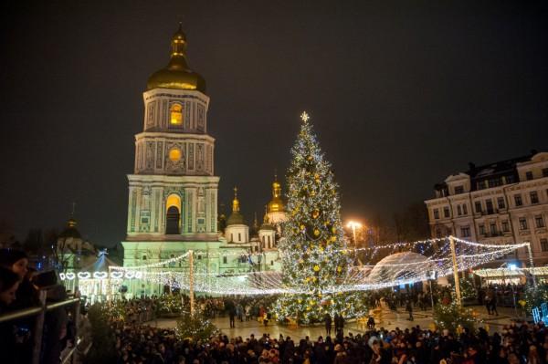 На Софийской площади установлена главная елка Украины