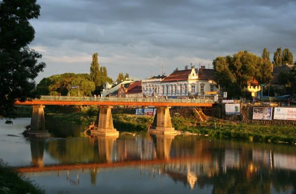 Пешеходный мост, по которому любят гулять горожане. Ночью здесь еще красивее