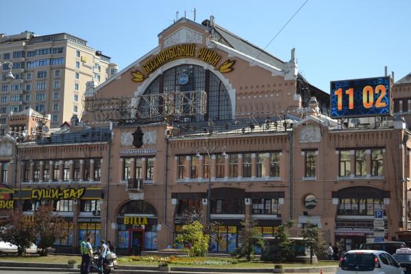 Бессарабский рынок, возведеный около века назад, был первым крытым рынком на территории Киева