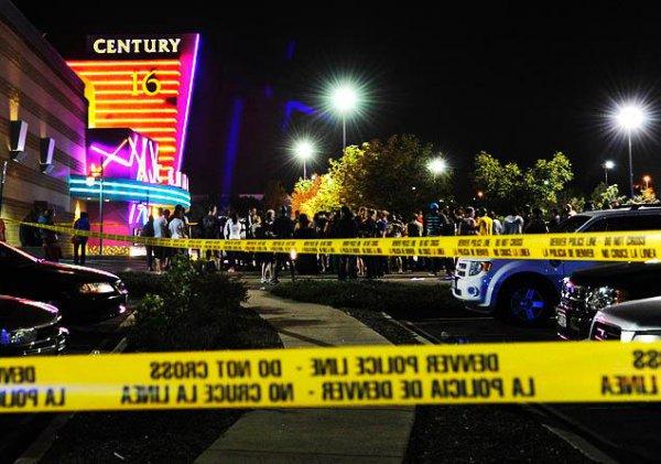 В американском городе Аврора на премьере Бэтмена было расстреляно 12 чел. и ранено более 50-ти