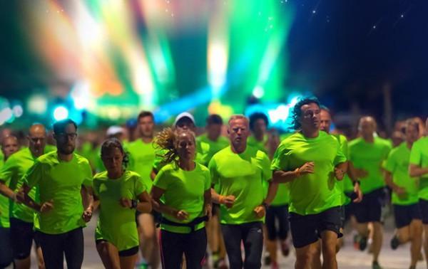 Бегущие в ночи: выбор темного времени суток для пробежки организаторы объясняют летним зноем.
