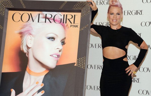 Pink стала лицом косметики CoverGirl