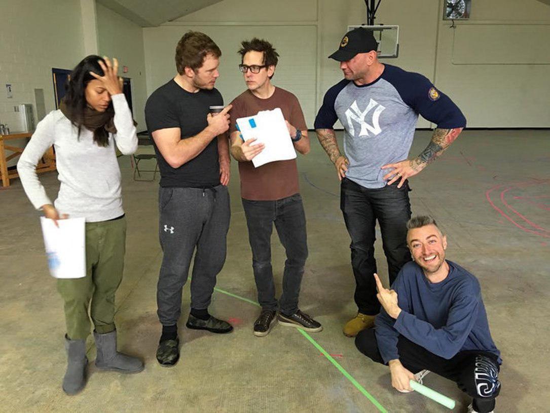 Джеймс Ганн с актерами перед съемками