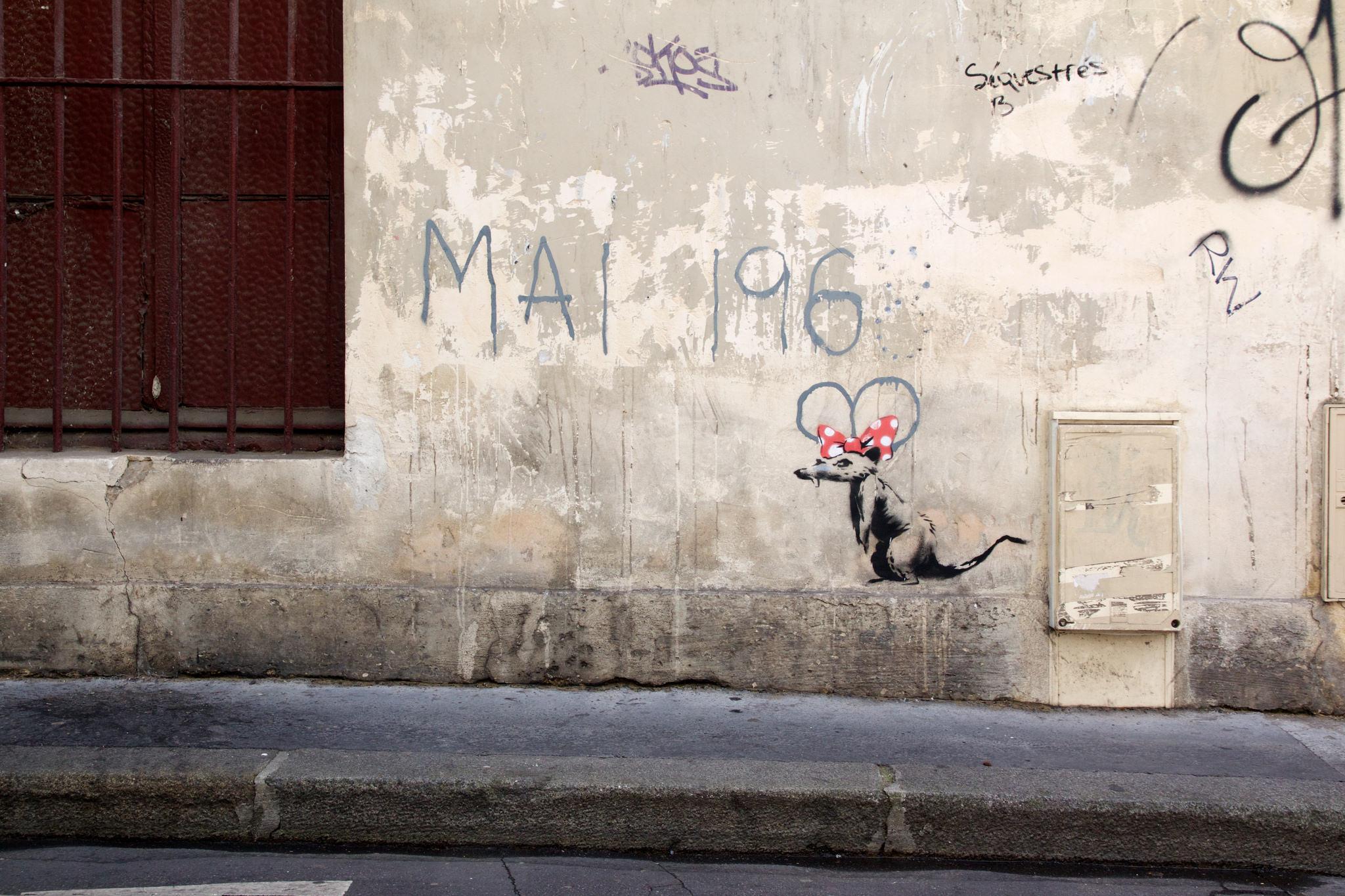 Работа Бэнкси на улице Парижа