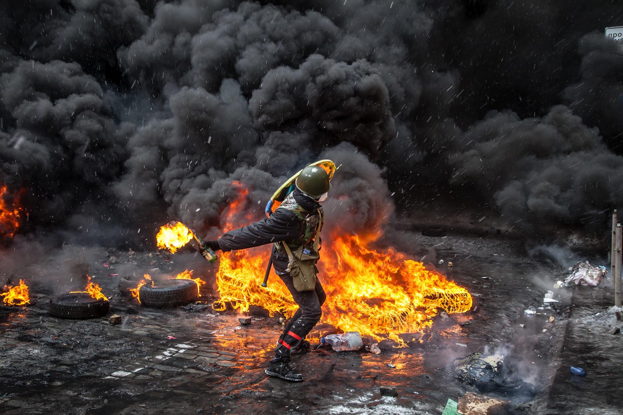 Во время Революции Достоинства участники жгли шины, которые в последствии стали одним из символом Майдана