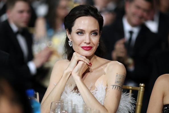 Анджелина Джоли и тату на плече