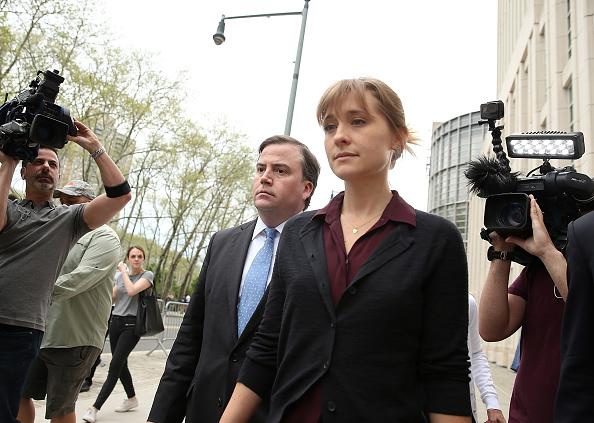 Актриса Эллисон Мэк по дороге в суд