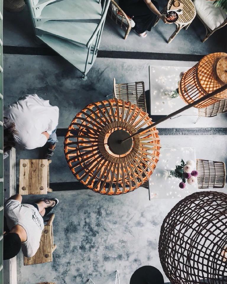 Вид сверху на интерьер Bali Bawl Cafe