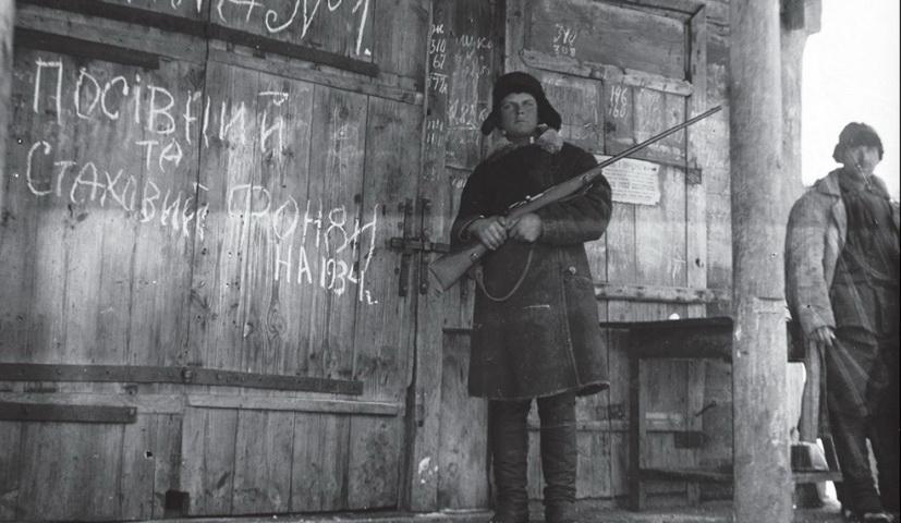 Склады с зерном от крестьян охраняли люди с оружием