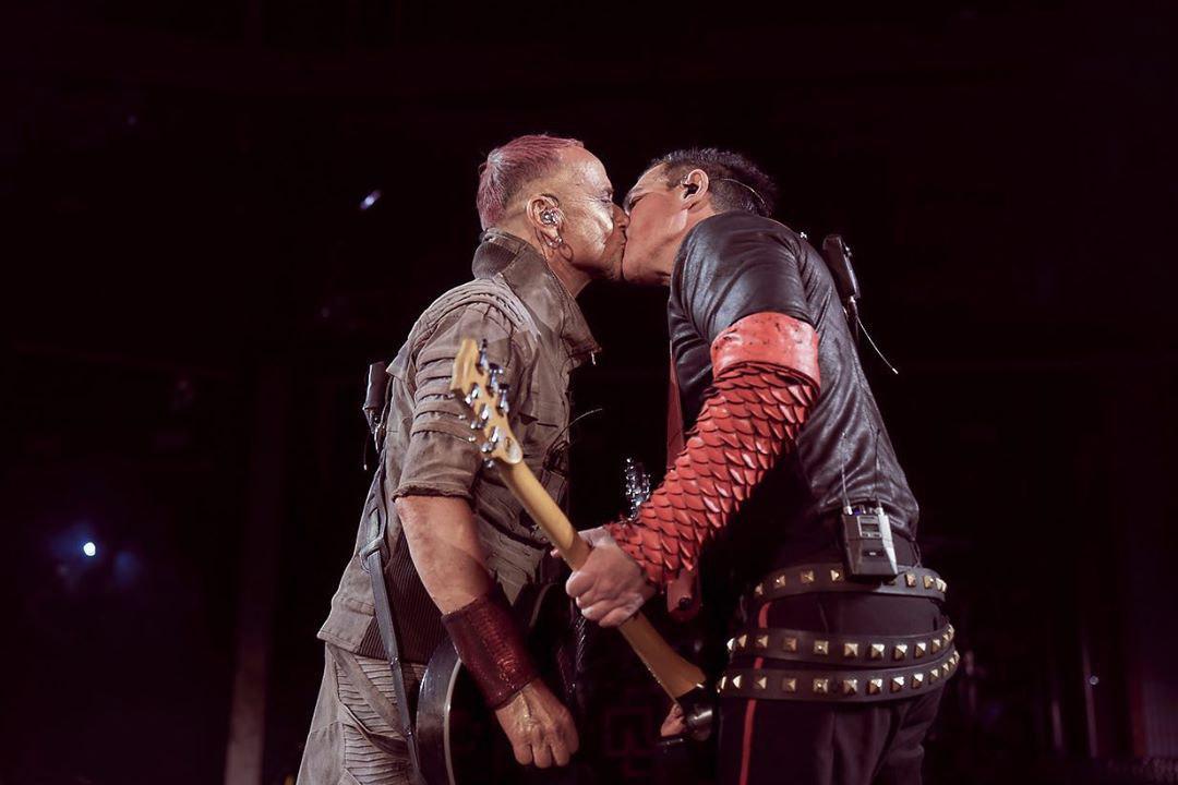 Гитаристы поцеловались прямо на сцене