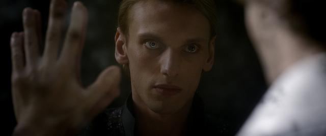Молодой Грин-де-Вальд касается руки Дамблдора в Фантастических Тварях 2