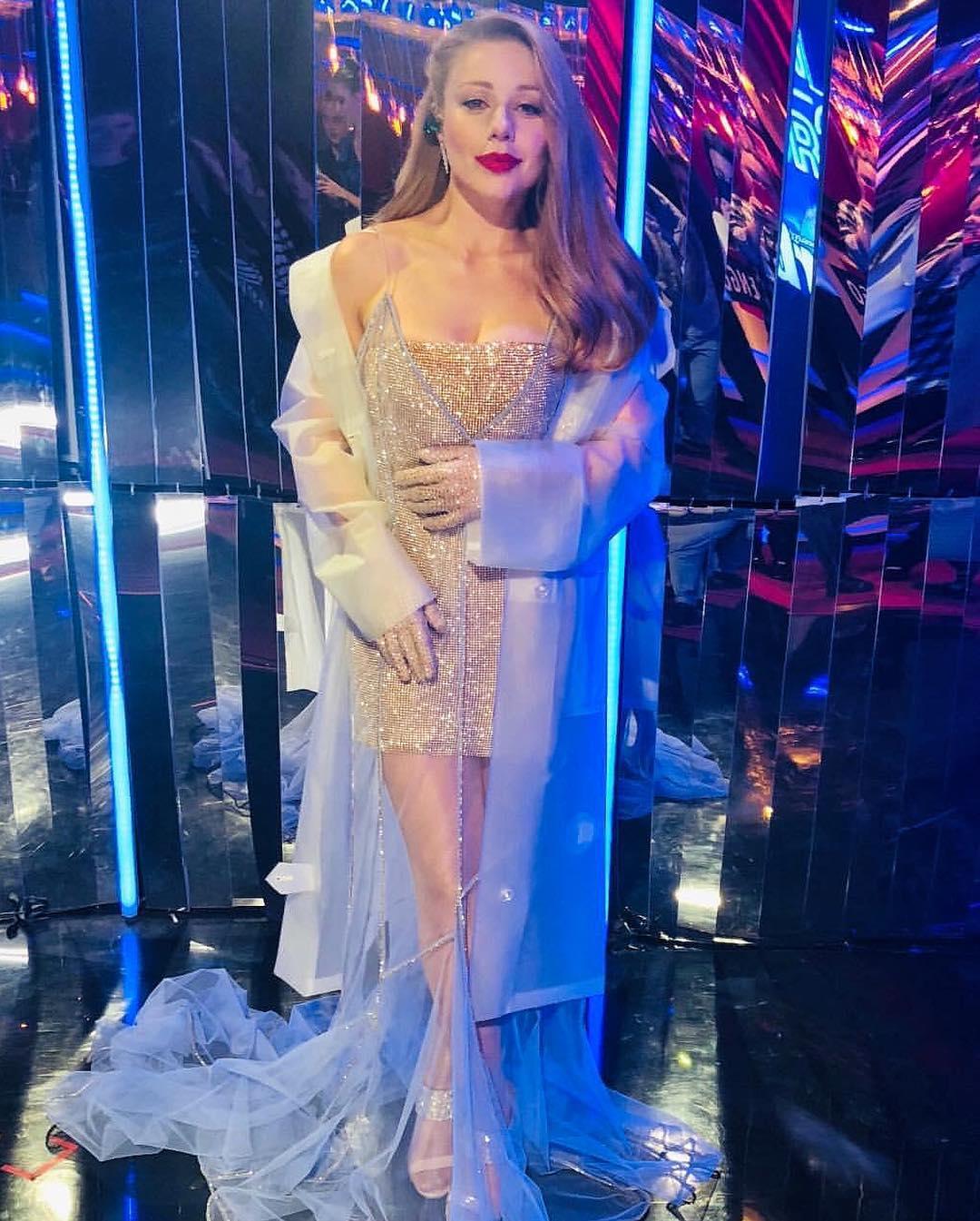 Тина Кароль в платье с прозрачной юбкой