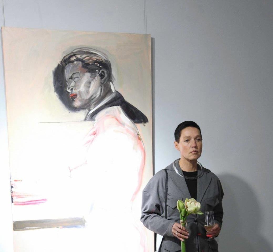 Влада Ралко на фоне своей картины