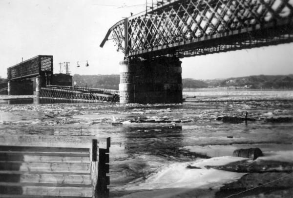Взорванный Дарницкий ж/д мост, на заднем плане видны тележки грузовой канатной дороги.
