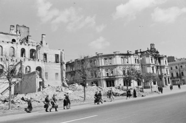 Здание бывшей Городской Думы на месте современного Майдана Независимости.